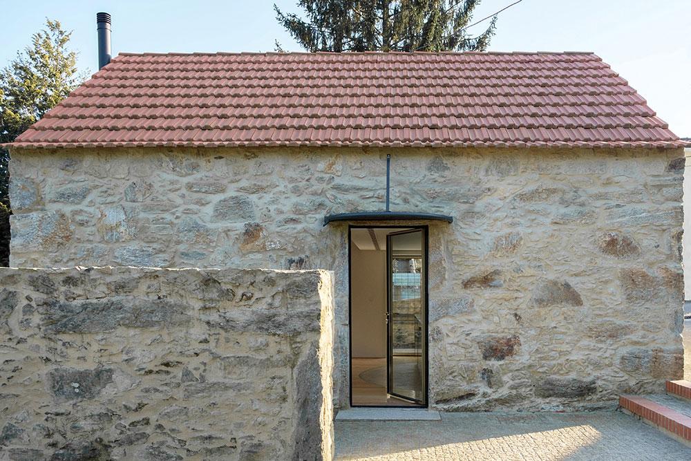 malý kamenný dom po rekonštrukcii