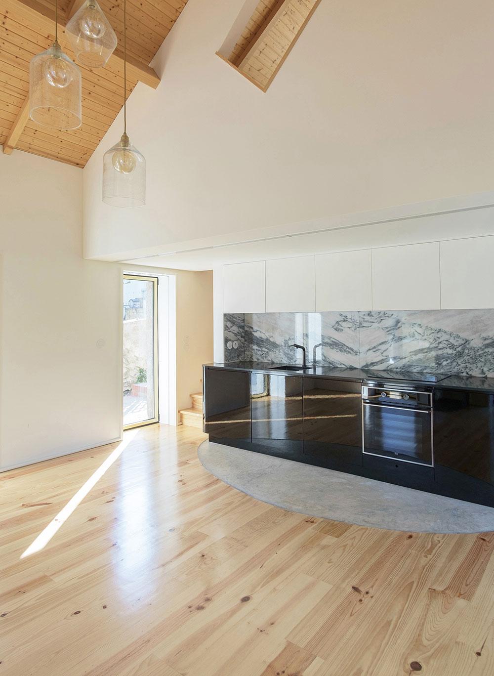moderná kuchyňa s čiernou kuchynskou linkou
