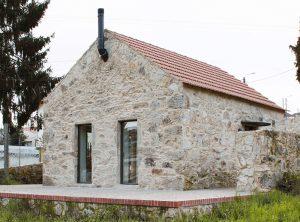 Malá hospodárska stavba vo vinici sa po rekonštrukcii premenila na moderný kamenný dom