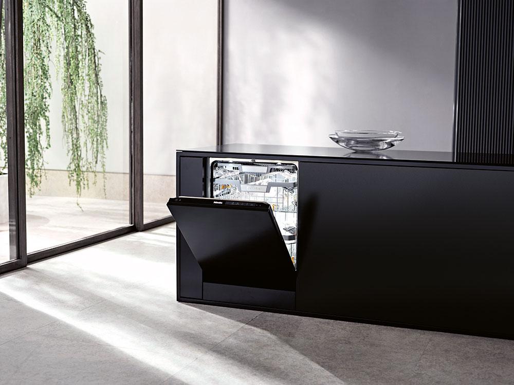 Čierna umývačka riadu
