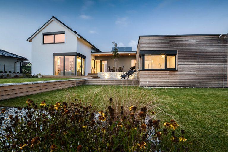 Dom so zeleným srdcom: Uprostred drevostavby patio so zeleňou