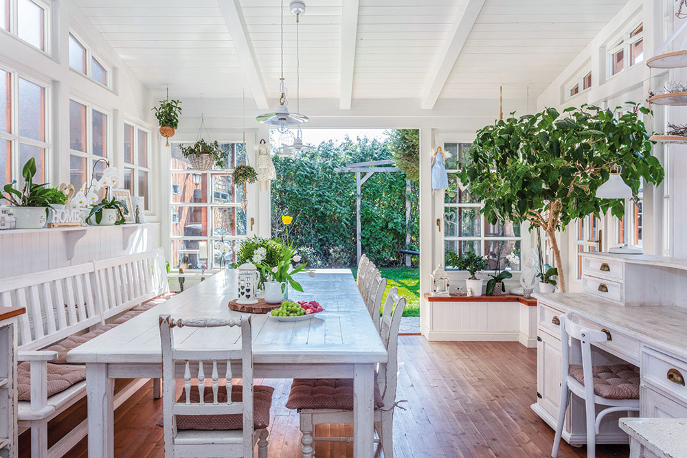 zimná záhrada s jedálenským stolom