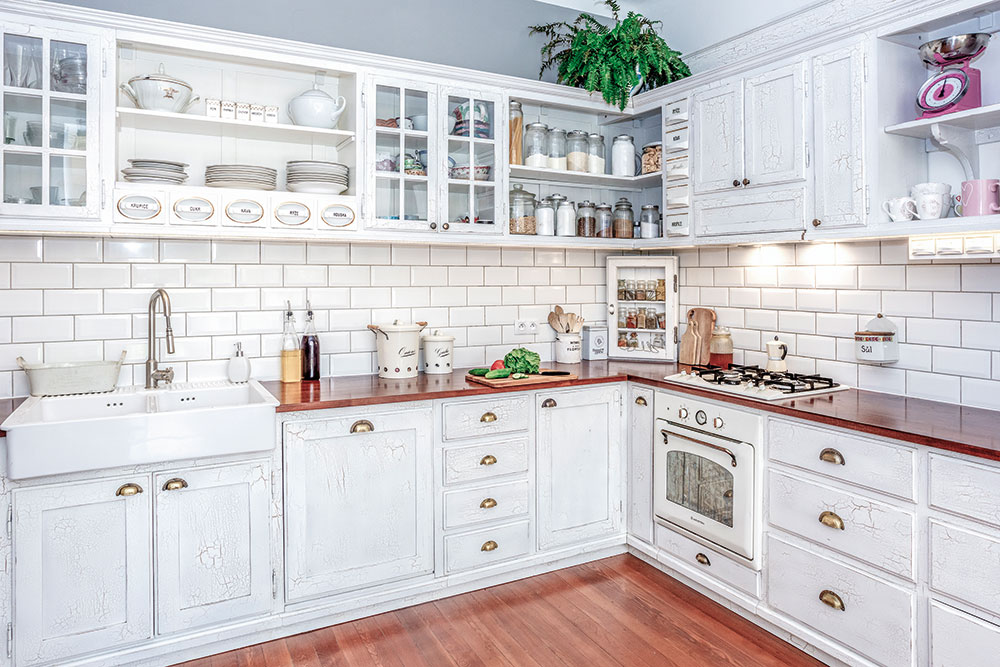 Biela kuchynská linka spatinou