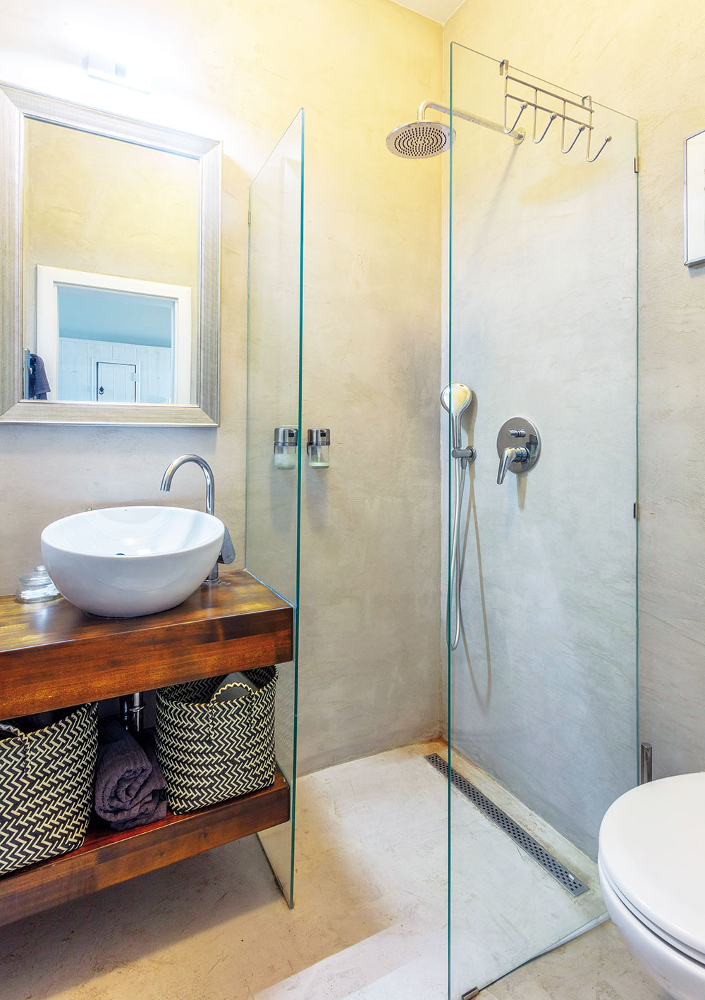 sprchový kút s presklenou stenou