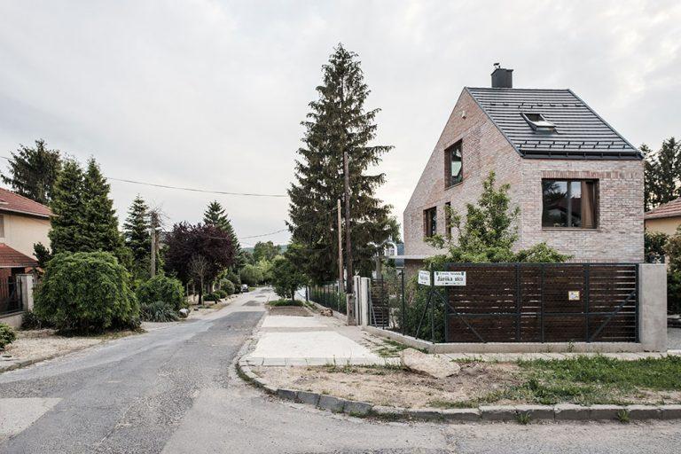 Na zdanlivo nepoužiteľnom pozemku postavili rodinný dom z recyklovaných tehál