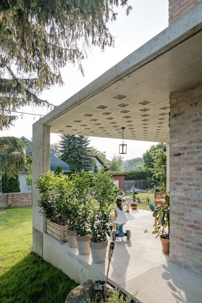 terasa rodinného domu nadväzuje na záhradu
