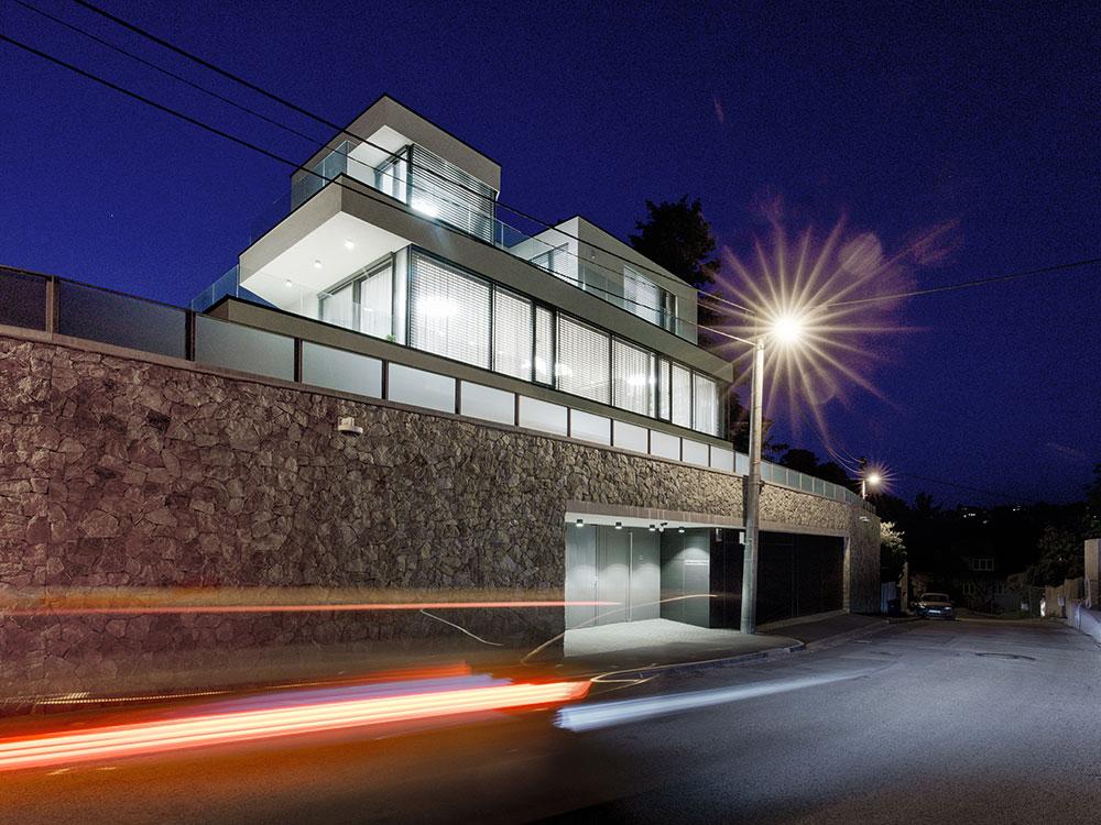Štvorpodlažná vila pri Slavíne: Novostavba ako odkaz na funkcionalizmus