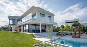Dom, ktorý levituje a rozkročil sa cez dva pozemky