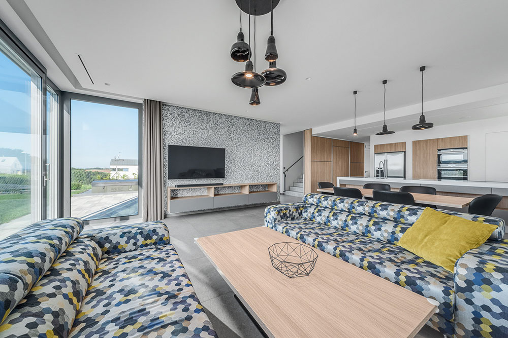 moderné riešenie dennej zóny, ktorá zahŕňa v jednom otvorenom priestore obývačku, jedáleň i kuchyňu