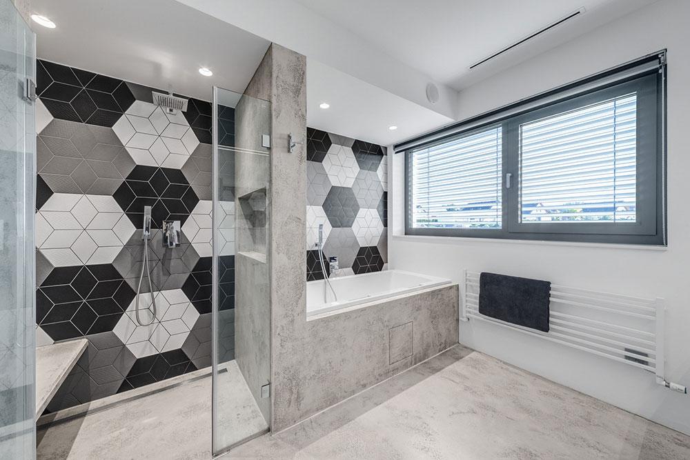 moderná kúpeľňa so sivými, bielymi a čiernymi obkladačkami