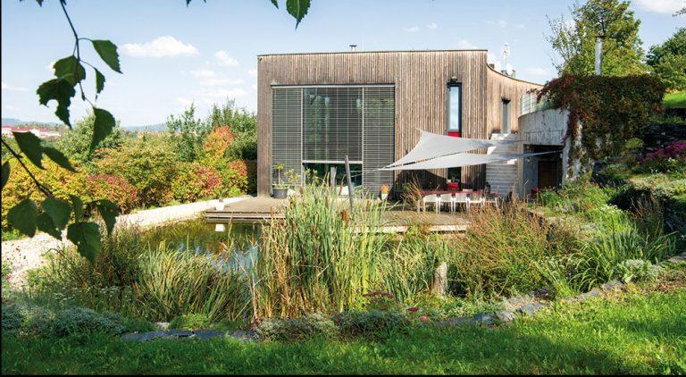 Za moderným domom si vytvoril nádhernú prírodnú záhradu s jazierkom