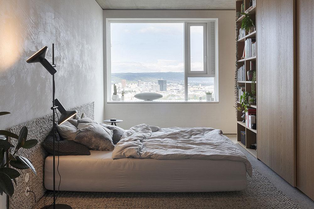 spálňa s kobercom, ktorý je zároveň čelom postele