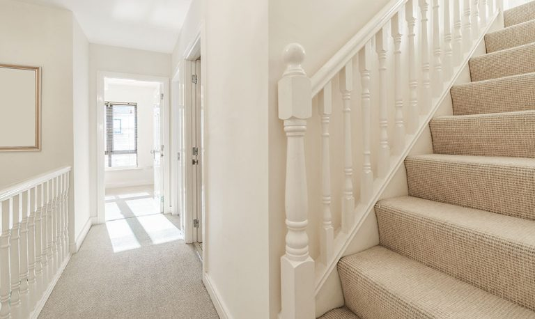 Ako nalepiť koberec na schody