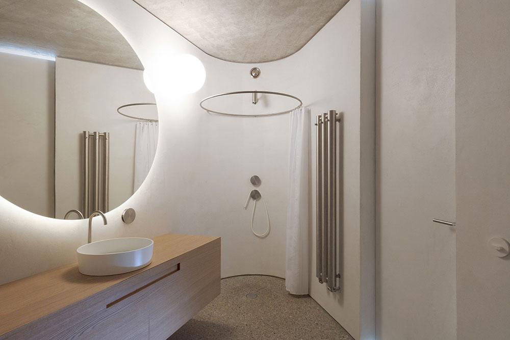 moderná kúpeľňa s kruhovým sprchovým kútom