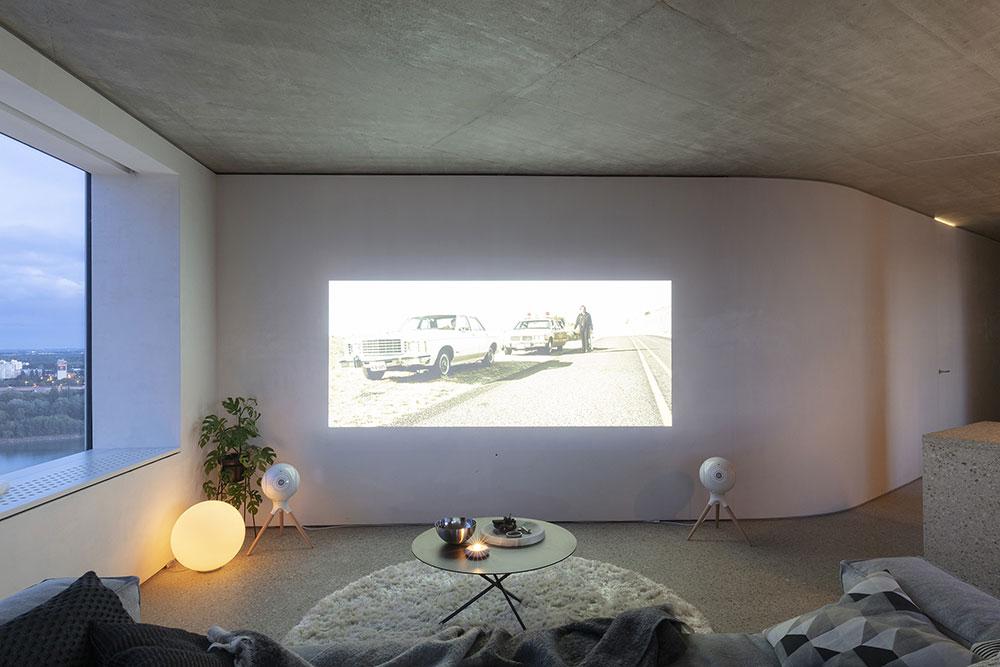 domáce premietanie z projektora na stenu