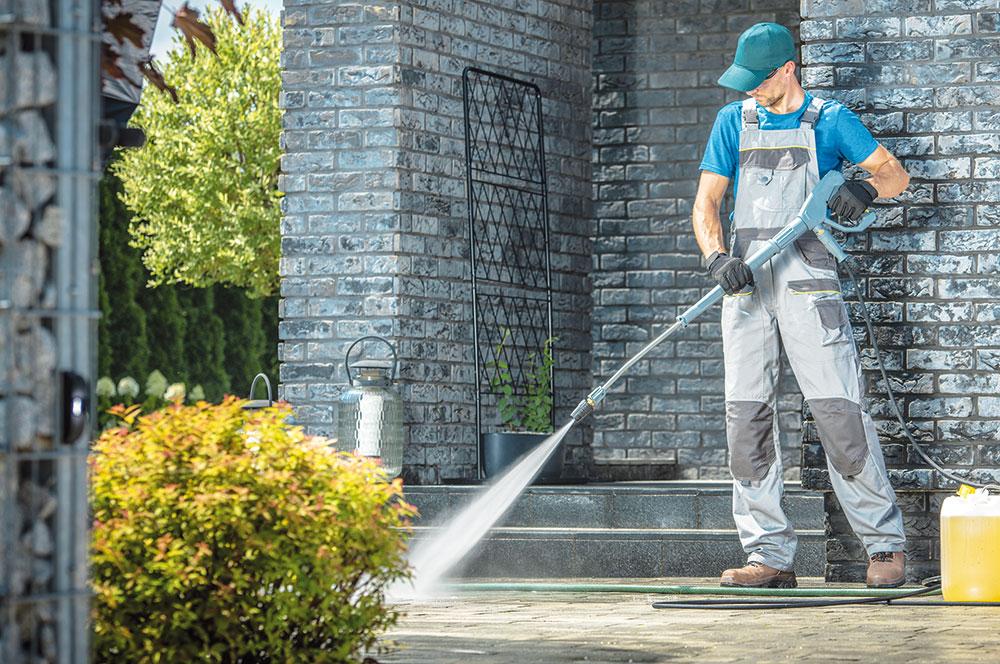 čistenie chodníkov a terasy v záhrade
