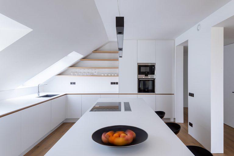 biela kuchyňa v podkrovnom byte