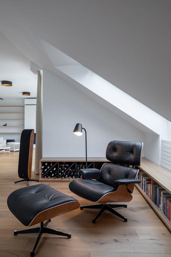 relaxačné kreslo v podkrovnom byte