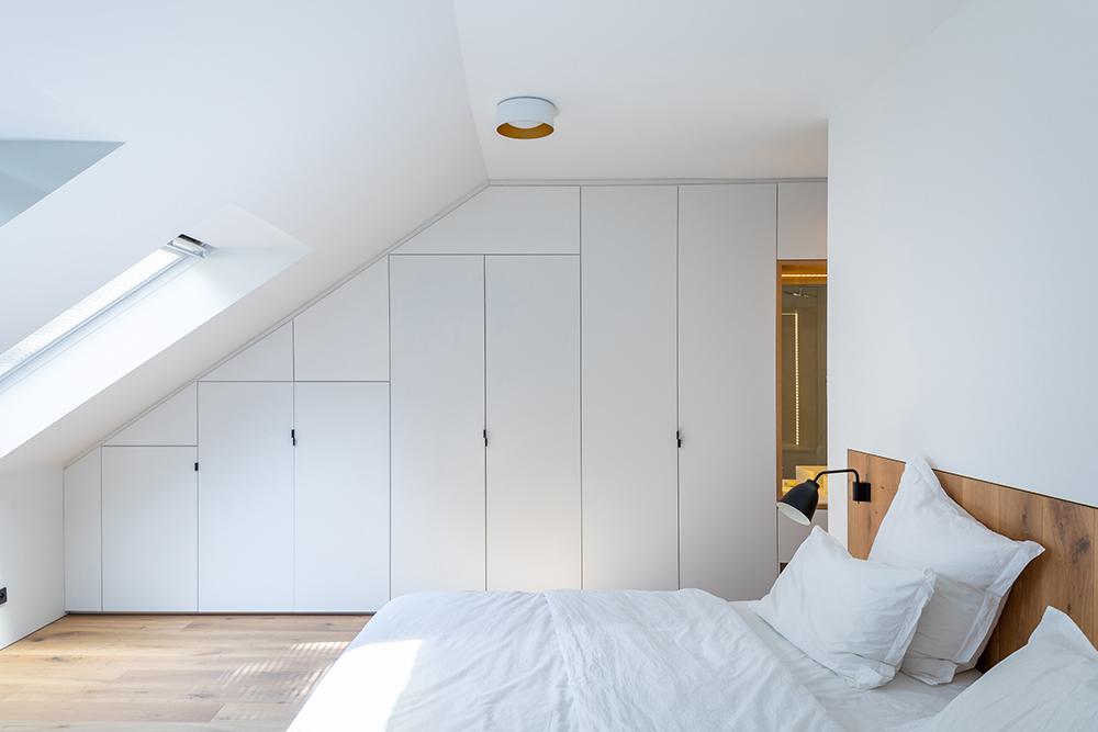 biela spálňa so vstavaným nábytkom na mieru