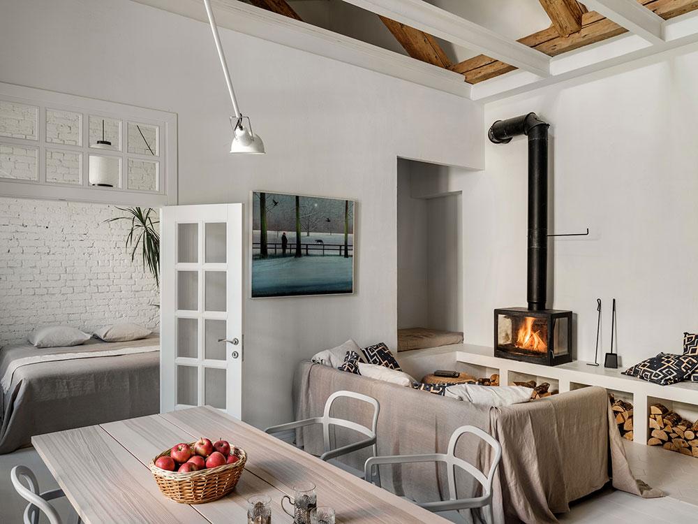 spoločenské miestnosť s kozubom, sedačkou a jedálenským stolom