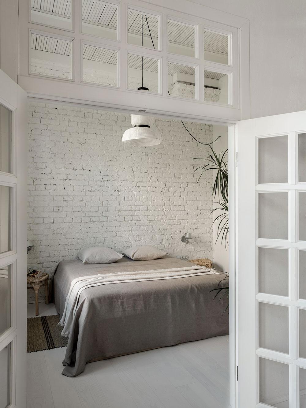 biela spálňa s priznanými tehlovými stenami