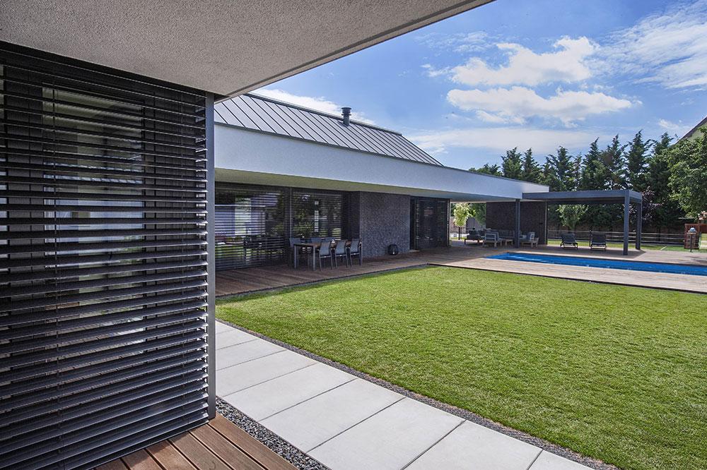 vnútorné átrium domu s trávnikom a bazénom