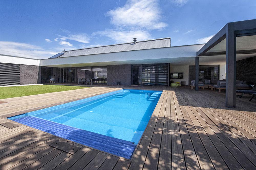 bazén v átriu rodinného domu