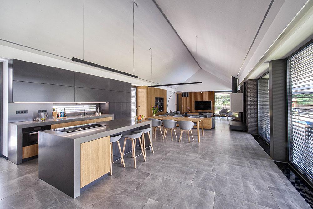 denný otvorený priestor domu s kuchyňou, jedálňou a obývacou izbou