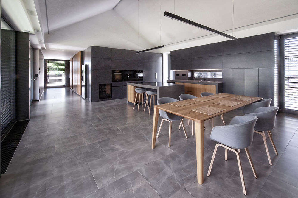 denný otvorený priestor domu s kuchyňou a jedálňou