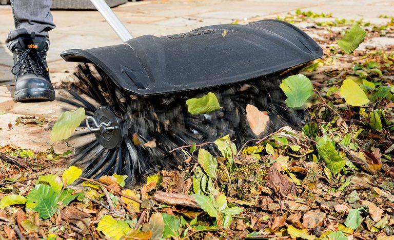 Upratovanie odolných nečistôt – Zametacia kefa