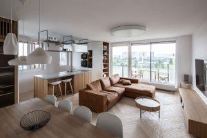Rekonštrukcia zanedbaného štvorizbáku: Varenie je divadlo a kuchyňa srdcom bytu