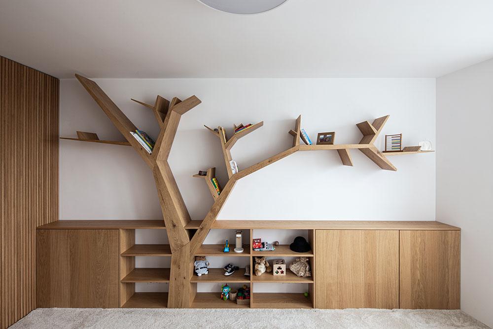 poličky v tvare stromu