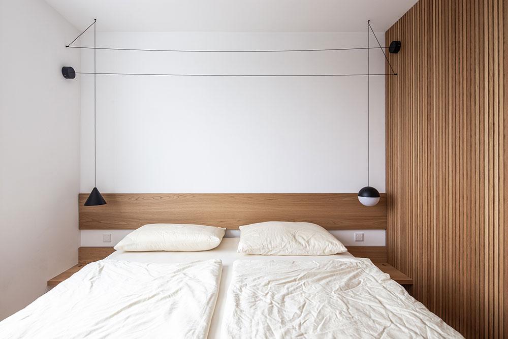 spálňa so vstavanou skriňou z dreva