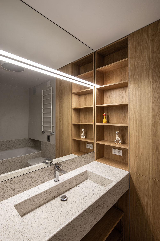 moderná kúpeľňa s vysokou vstvavanou skriňou a poličkami
