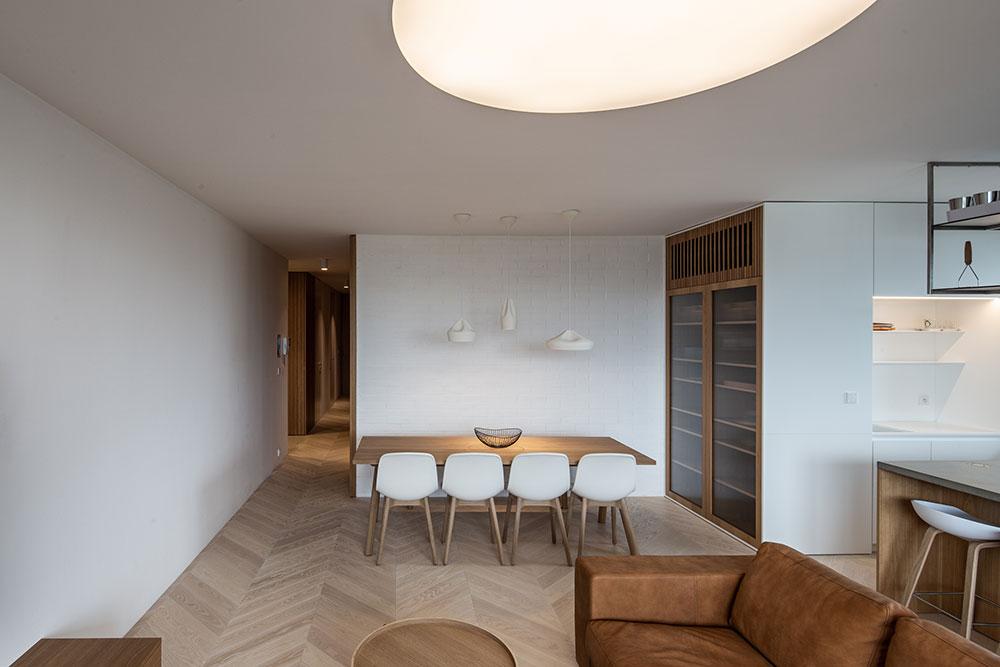 jedáleň a obývacia izba v hnedých a bielych farbách