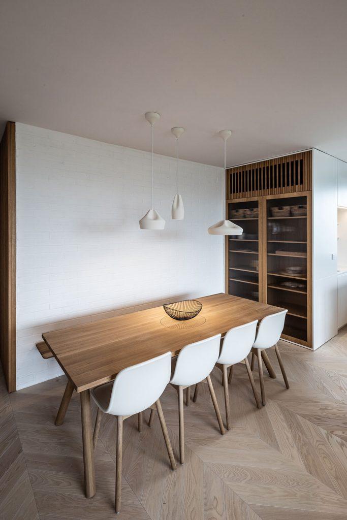 jedálenský drevený stôl s bielym stoličkami