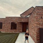 chodník pri dome s tehlovou fasádou