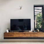 obývacia stena s televízorom a kachlami