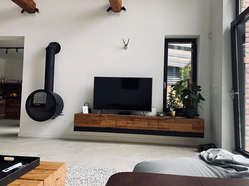obývacia stena z dreva a zavesené kachle