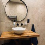 kúpeľňa s okrúhlym zrkadlom