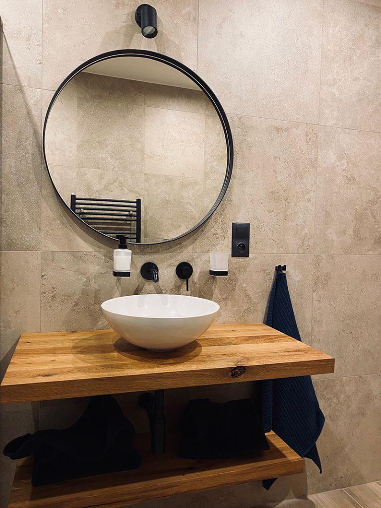 okrúhle zrkadlo s umývadlom