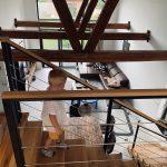 schodisko v dome s priznanými trámami