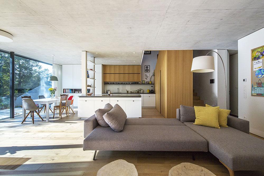 obývacia izba s veľkou sivou rozkladacou pohovkou
