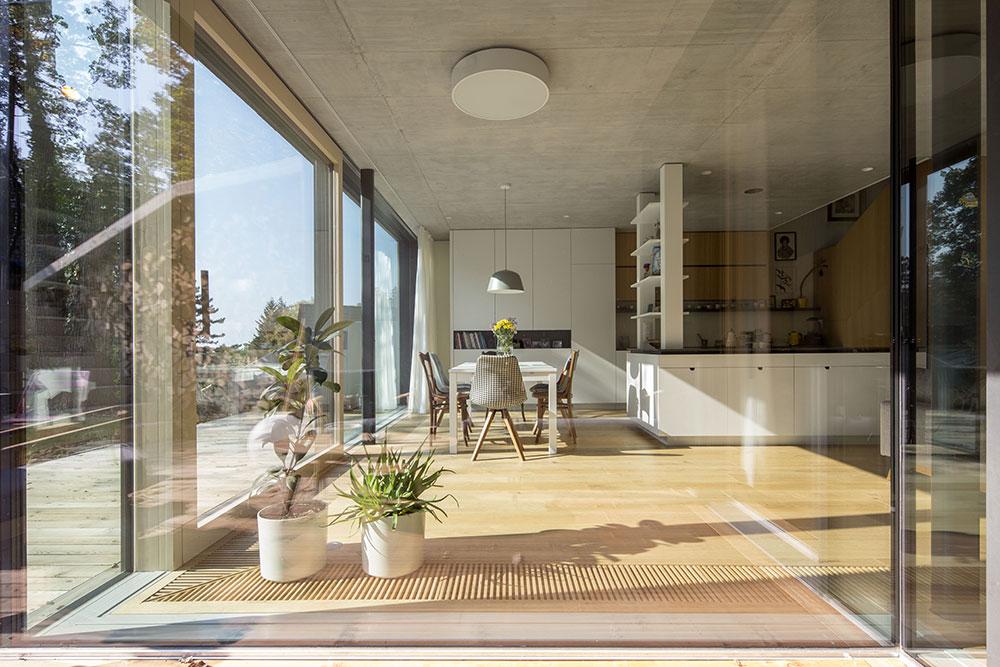 francúzske okná so vstupom na terasu priamo z obývacej izby a jedálne