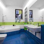 kúpeľňa s modrými a zelenými obkladačkami