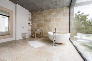 Jednoduché dizajnové triky s obkladačkami, ktoré dajú vašej kúpeľni štýl