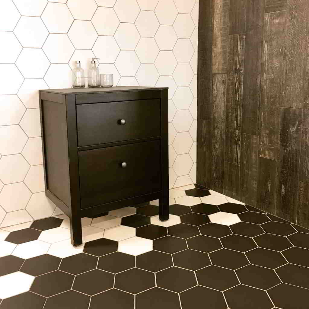 čiernobiela kúpeľňa s malou komodou