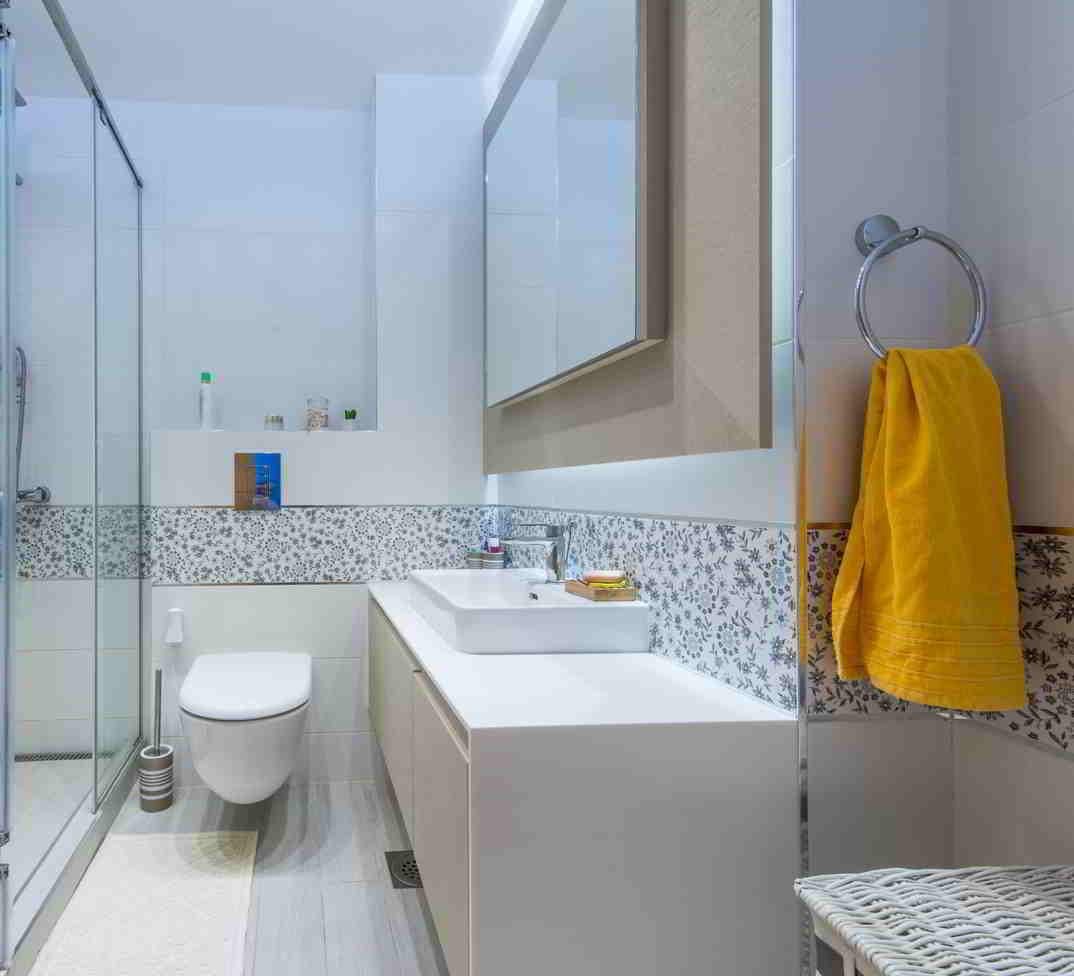 murované úložné priestory v kúpeľni