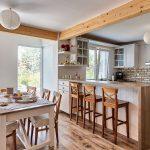 kuchyňa s ostrovom vo vidieckom dome