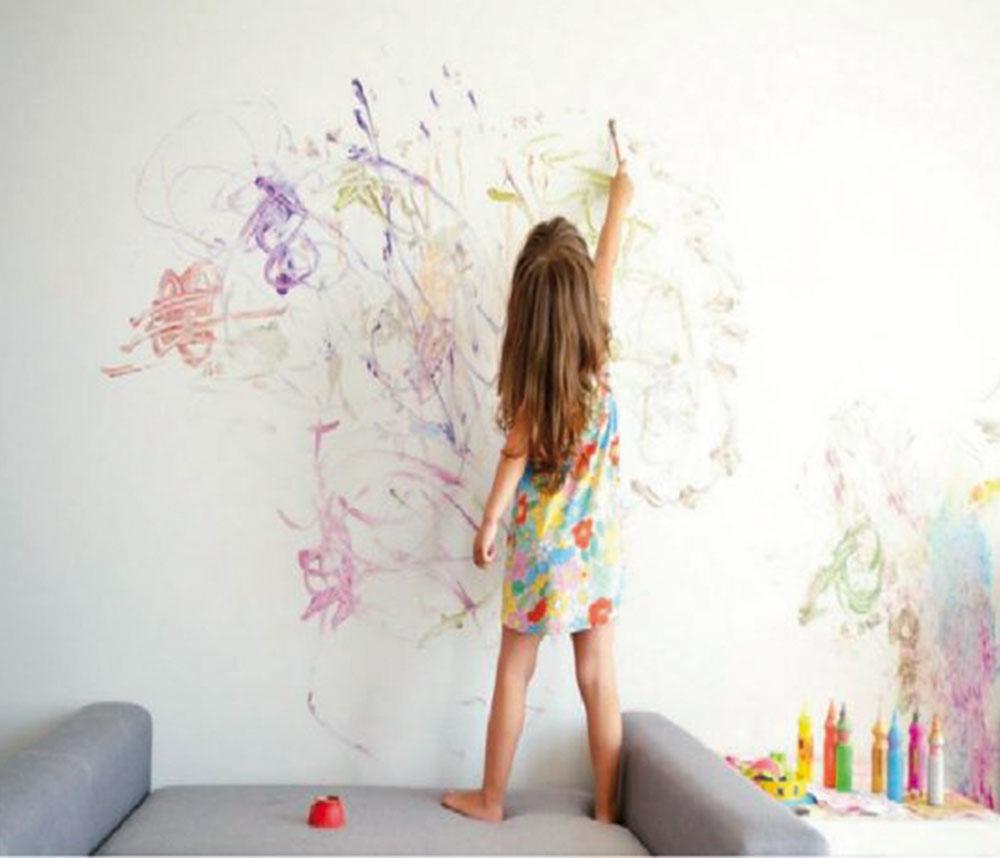 popísané steny od farbičiek